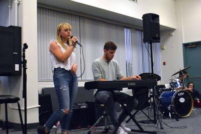 Elizabeth Edel '16, accompanied by Michael Edwards '16 on the piano, sings Bonnie Raitt's