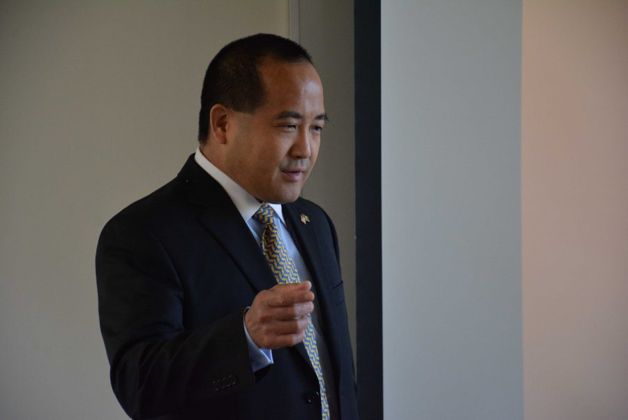 Los Angeles Deputy District Attorney Mark Inaba '86 speaks to the Criminal Law & Advocacy class. Credit: Aaron Park/Chronicle