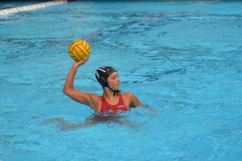 MEERA MEERA ON THE WALL: Standout junior Meera Burghardt '20 prepares to pass in the 12-3 win against Flintridge Sacred Heart High School on Jan. 17. After the win, the squad went on to beat Oaks Christian High School 13-12 Jan. 19 and Notre Dame 21-6 Jan. 22. Credit: Kyle Reims / Chronicle