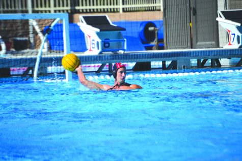 Killer Krutonog: Goalkeeper Nolan Krutonog '20 surveys the pool for teammates in a game against Palos Verdes High School on Sept. 13, where they won with a score of 13-4. The Wolverines play their next match in the S&R Elite 8 Tournament from Oct. 3 to Oct 5. Credit: Sandra Koretz/Chronicle