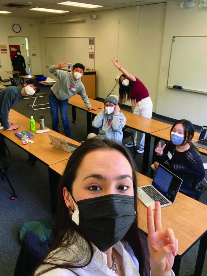 Fallon Dern '23 takes a selfie with the other sophomores in her cohort in the Chalmers classroom they were assigned to.