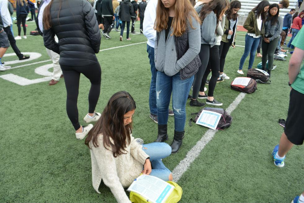 Students read a story about a student who took his or her own life. Credit: Eshanika Chaudhary/Chronicle