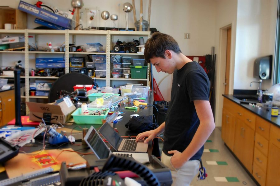 Jonathan Damico '18 writes code in the robotics room. Credit: Isabelle Eshraghi/Chronicle