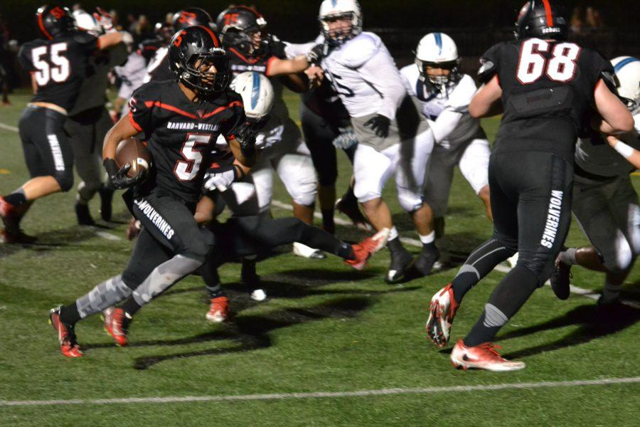 Thomas Glover '18 runs in the zone-read keeper for a touchdown in the second quarter of the Wolverines' homecoming loss to St. Paul. Credit: Aaron Park/Chronicle