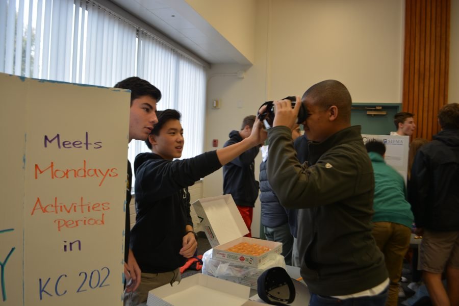 The HW Virtual Reality Club lets students try out the technology. Credit: Jenny Li/Chronicle