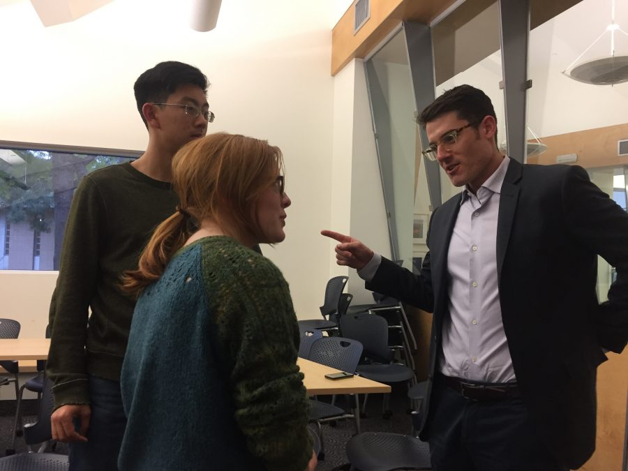 Kat Edmiston '17 speaks to an alumn pursuing a career in law at an HW Works roundtable Monday. Credit: Sophie Haber/Chronicle