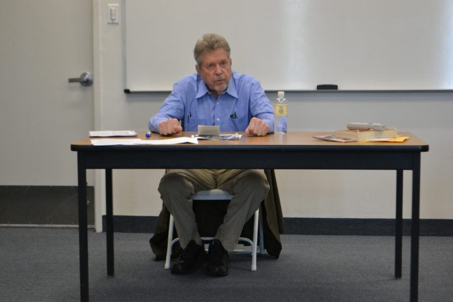 Geoffrey Kemp speaks to a Middle East Studies section. Credit: Sofia Heller/Chronicle