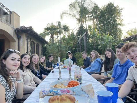 AN EASYGOING EVENING: Jewish Family Alliance (JFA) members mingle as they enjoy the food provided at the summer JFA Shabbat dinner.