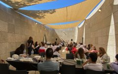 Students and parents in the Harvard-Westlake Jewish Families Alliance (HWJFA) eat lunch outside at Holocaust Museum LA.