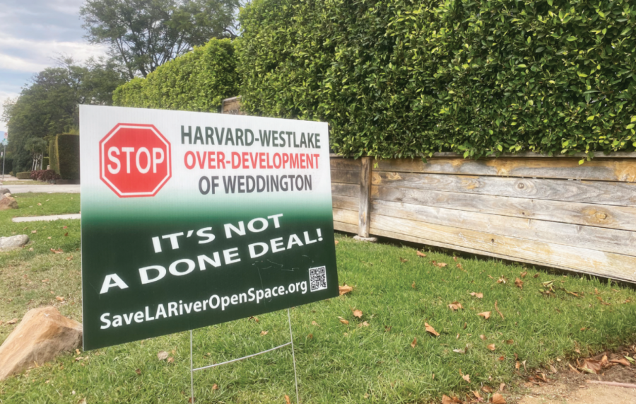 Before homecoming, signs objecting to the River Park recreation project appeared along streets near the Upper School. It is unclear whether each sign was placed by a different community member or whether the local campaign was the work of a single activist.